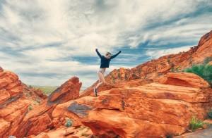 Coaching: persona saltando en una montaña