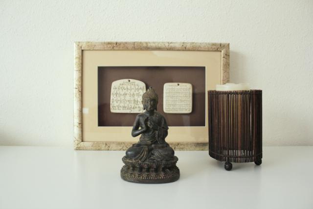 Mindfulness: Buda con vela y escrito antiguo