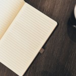 Libreta abierta sobre una mesa