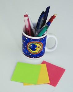 Talleres: Lapices y post-it sobre la mesa de talleres